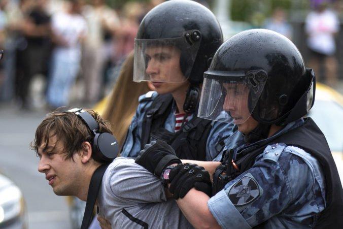 Video: Zatknutie ruského novinára Golunova vyvolalo nepovolený protest, polícia zatkla stovky ľudí