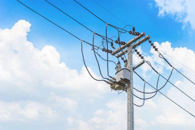 Energetici investovali státisíce eur na výmenu stĺpov, pri ich osadení pomáhal aj vrtuľník