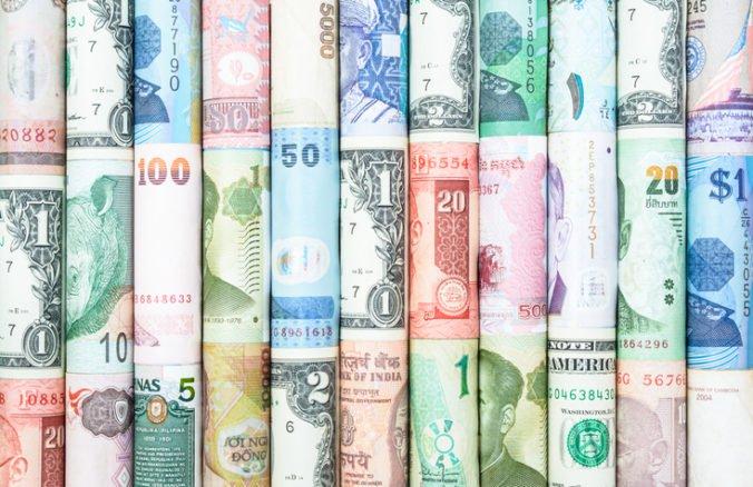 Dolár klesol voči jenu aj oproti euru, trh čakal na rozhodnutie Fed-u o úrokových sadzbách