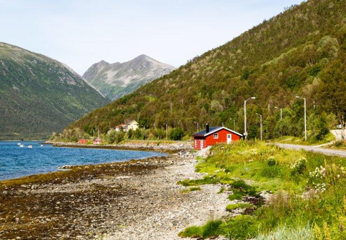 Obyvatelia nórskeho ostrova Sommaroy žiadajú bezčasovú zónu, chcú sa prispôsobiť dennému svetlu