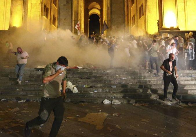 Vystúpenie ruského politika v Gruzínsku vyvolalo protest, demonštranti chceli vtrhnúť do parlamentu