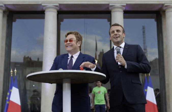 Elton John získal najvyššie francúzske vyznamenanie, Macron mu udelil Rad čestnej légie