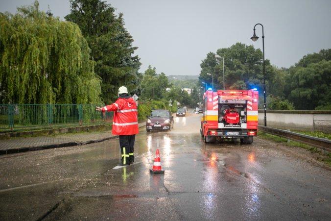 Viaceré okresy Slovenska zasiahol intenzívny dážď, hasiči mali desiatky výjazdov