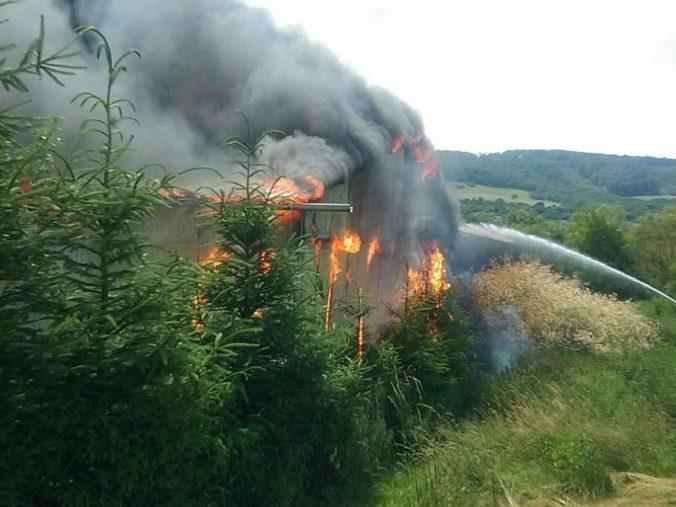 Foto: Hasiči bojujú s rozsiahlym požiarom píly, zachvátil celý objekt a zrútila sa konštrukcia