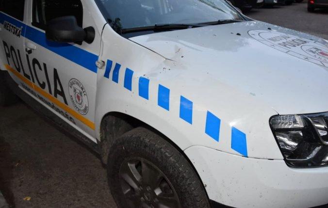 Foto: Muž so sekerou zaútočil na policajtov, od útoku ho neodradili ani varovné výstrely