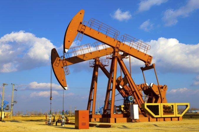 Napätie medzi USA a Iránom naďalej zvyšuje ceny ropy, zdraželo aj zlato
