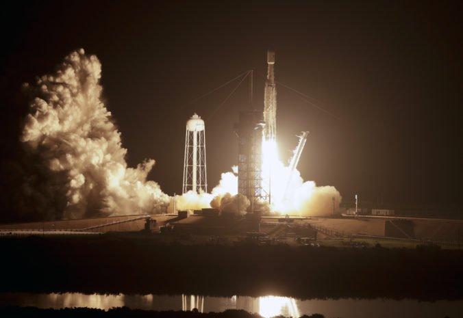 Video: SpaceX vyslal do vesmíru raketu Falcon Heavy, na palube nesie satelity aj popol astronauta
