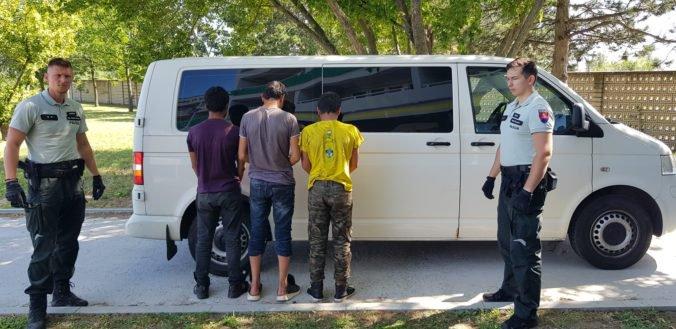 Foto: Traja Afganci sa na Slovensko zviezli v kamióne s melónmi, našli ich bratislavskí colníci