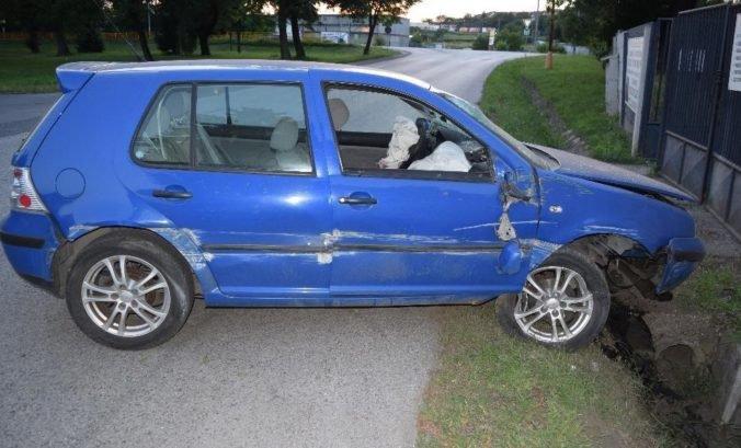 Foto: Opitý vodič v aute bez značiek narazil do betónového mostíka a z miesta nehody ušiel