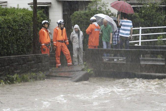 Video: Ostrov Kjúšu zasiahli silné dažde a záplavy, evakuovali státisíce obyvateľov