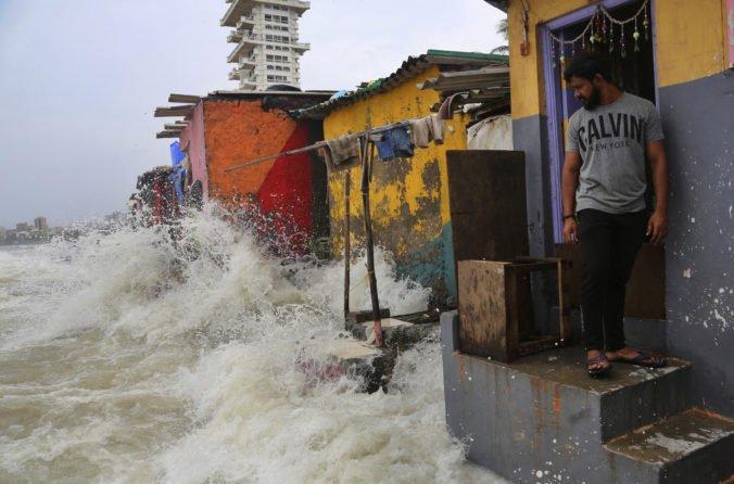 Video: V Indii sa po silných dažďoch pretrhla priehrada, zaplavila dediny a strhla so sebou domy