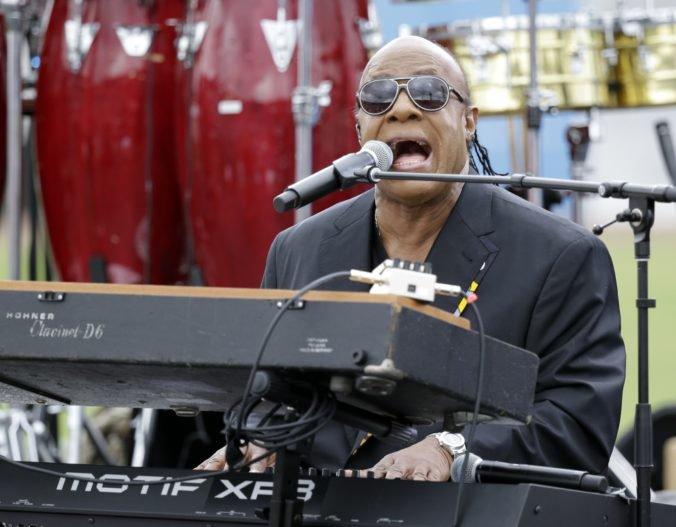 Spevák Stevie Wonder dočasne preruší svoje vystúpenia, čaká ho operácia