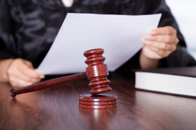 Matej mal na ruke vytetované extrémistické symboly, súd rozhodol o jeho treste