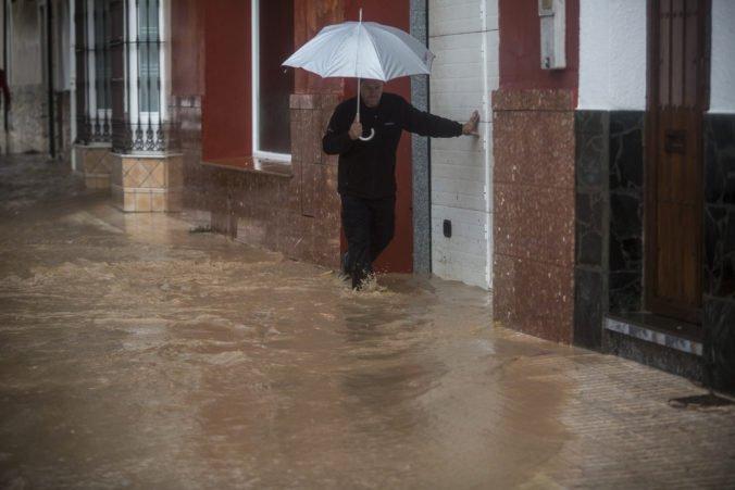 Video: Rozvodnené rieky v Španielsku zmietli z cesty auto, pre dážď museli zrušiť býčie zápasy