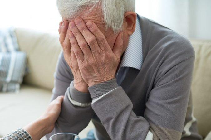 Muž v podmienke sa pokúsil na dvore okradnúť dôchodcu, jeho bezcitné konanie uvidela okoloidúca žena