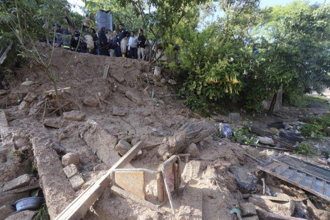 Premočený svah zavalil v Mexiku obytný dom, zomrelo šesť ľudí