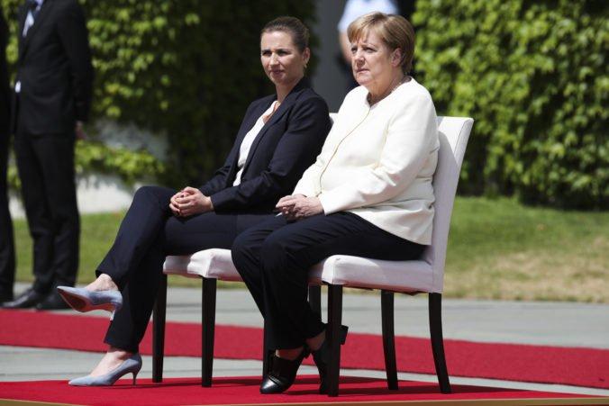 Video: Merkelová pri hymne sedela, podľa nemeckých médií sa chcela vyhnúť triaške