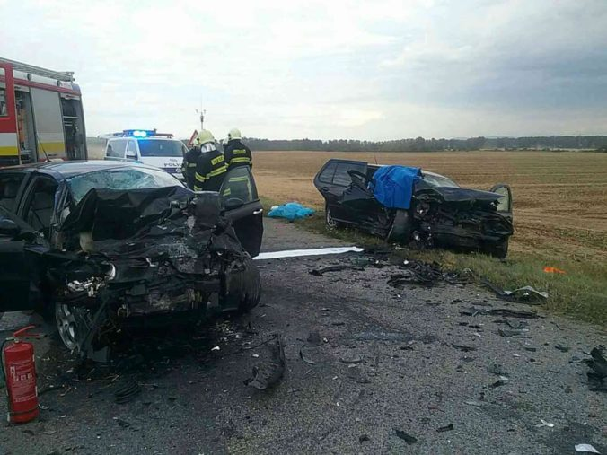 Foto: Traja ľudia neprežili čelnú zrážku dvoch áut na východe Slovenska