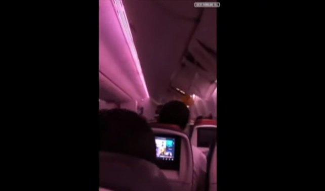 Video: Boeing sa dostal do nečakaných turbulencií, zranili sa desiatky ľudí a let presmerovali
