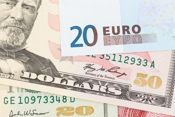 Dolár mierne oslabil oproti jenu aj voči euru, Fed zrejme zníži svoju hlavnú úrokovú sadzbu