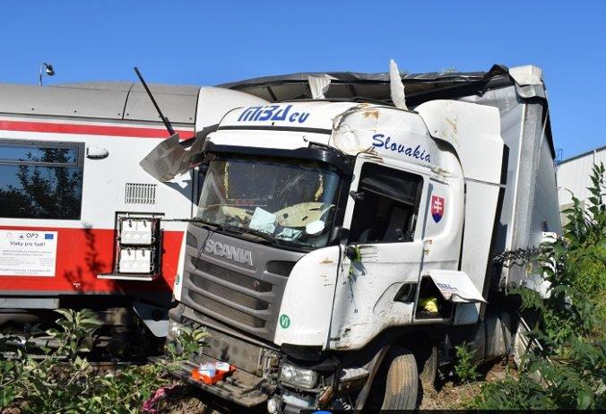 Foto: Hrozivo vyzerajúca nehoda v Dolných Krškanoch, vlak narazil do nákladného auta