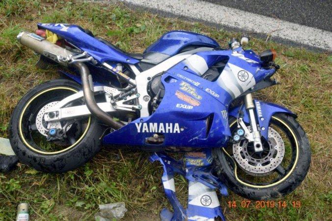 Foto: Marek na Yamahe v zákrute zišiel z cesty a narazil do zvodidiel, zomrel na mieste