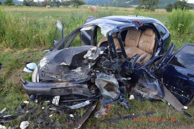 Foto: Vodič na Seate sa čelne zranil s Citroënom, vážne zranenia utrpeli vodiči aj tínedžer