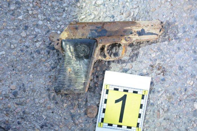 Foto: Z rieky Nitra vylovili ďalšiu zbraň, muž ju našiel pomocou magnetu