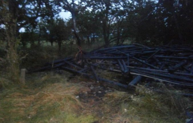 Foto: Peter podpálil prístrešok so stovkami balíkov sena, na druhý deň založil oheň v stodole