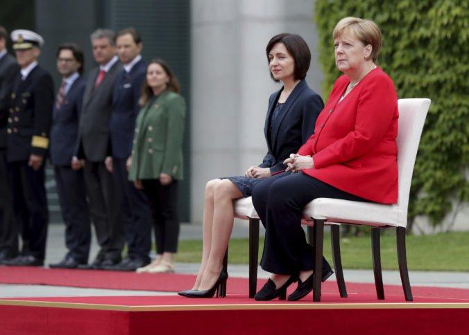 Video: Merkelová počas hrania hymien opäť sedela, pri troch podobných udalostiach mala triašku