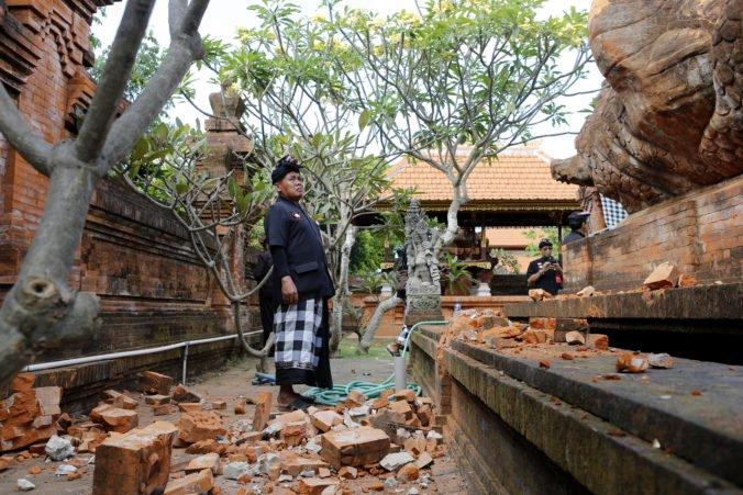 Video: Zemetrasenie poškodilo hinduistický chrám na Bali, evakuovali hotely aj nemocnicu