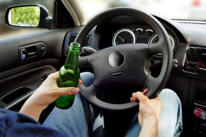 Opitý tínedžer si sadol za volant, nafúkal viac ako 1,5 promile