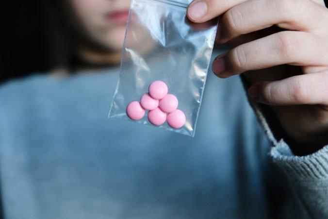 Počet úmrtí na predávkovanie drogami po prvý raz za dve desaťročia klesol