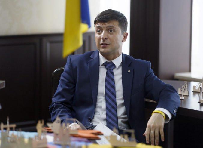 Strana prezidenta Zelenského vedie v prieskumoch pred parlamentnými voľbami na Ukrajine