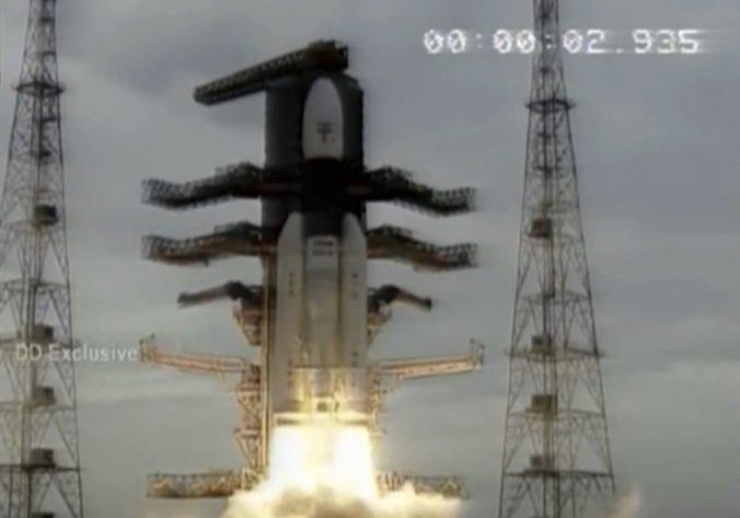 Video: India úspešne odštartovala druhú lunárnu misiu, Čandraján-2 bude mapovať povrch Mesiaca