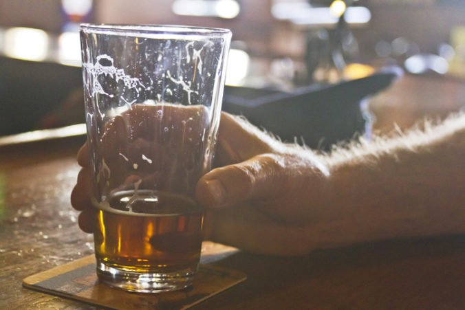 Mladíka vyhodili z baru, chcel sa pomstiť a v podniku nahlásil bombu