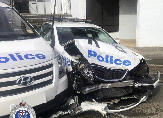 Video: Do policajného auta vrazila dodávka, ktorá viezla stovky kilogramov metamfetamínu