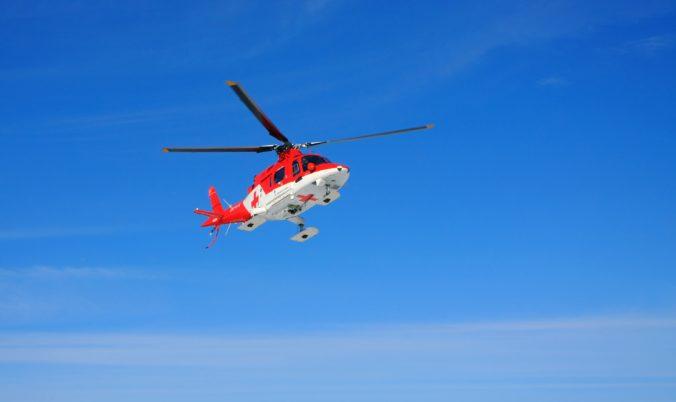 Leteckí záchranári zasahovali pri nehode za obcou Hrašné, vodiča previezli v umelom spánku