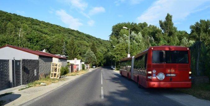 Foto: Autobus pri predchádzaní zachytil cyklistu, polícia hľadá svedkov nehody
