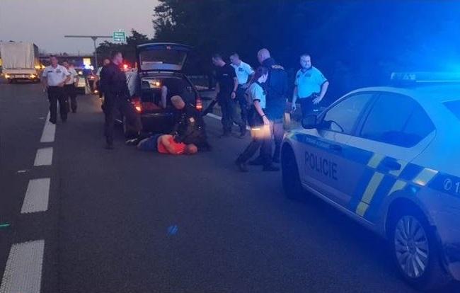 Foto: Policajti na D2 v smere do Bratislavy strieľali po vozidle, vodič bol podozrivý z lúpeže