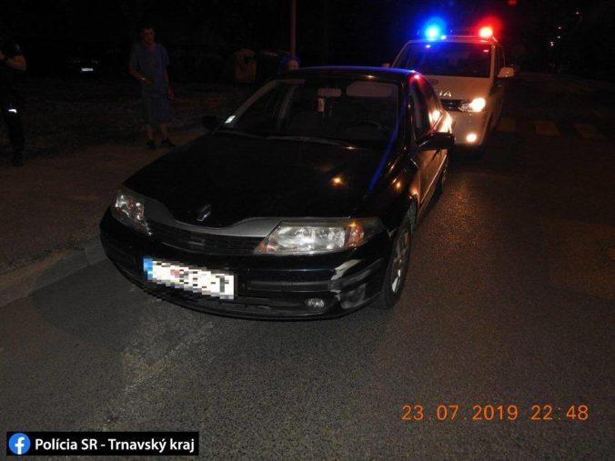 Foto: V Trnave vyčíňal opitý vodič, narazil do zaparkovaného Opla aj do predajne potravín