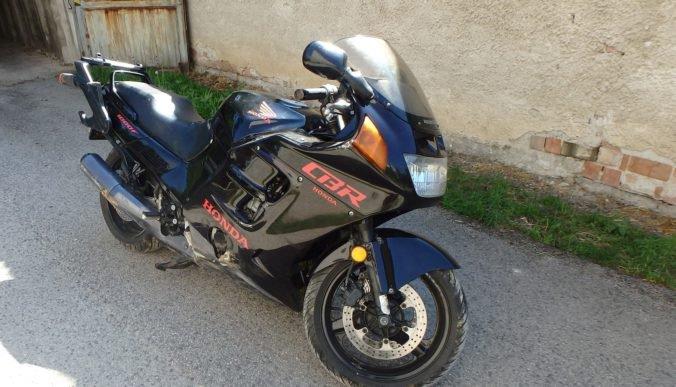 Foto: Opitý motorkár ignoroval výzvy na zastavenie, polícia použila aj varovné výstrely