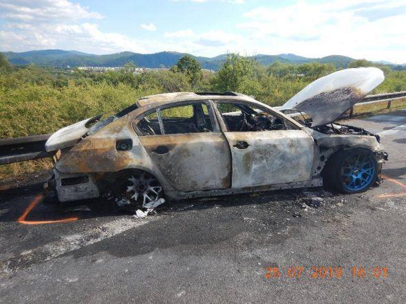 Foto: Tínedžer dostal na rýchlostnej ceste R1 šmyk a narazil do zvodidiel, auto zhorelo do tla