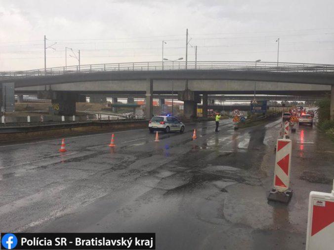 Búrka v Bratislave skomplikovala dopravu, policajti usmerňujú premávku na viacerých miestach