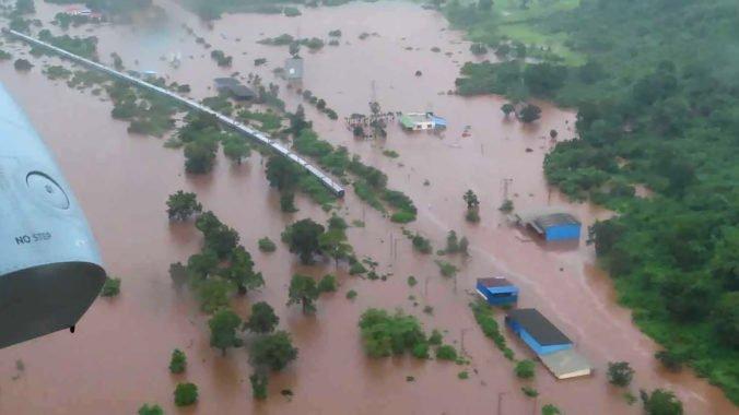 Indický vlak uviazol v záplave, záchranári evakuovali stovky pasažierov