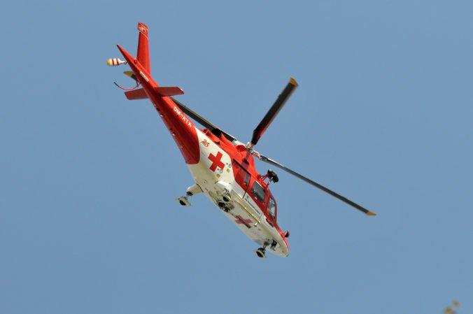 Muž v obci Sokolce spadol z lešenia, do nemocnice ho z futbalového ihriska previezol vrtuľník