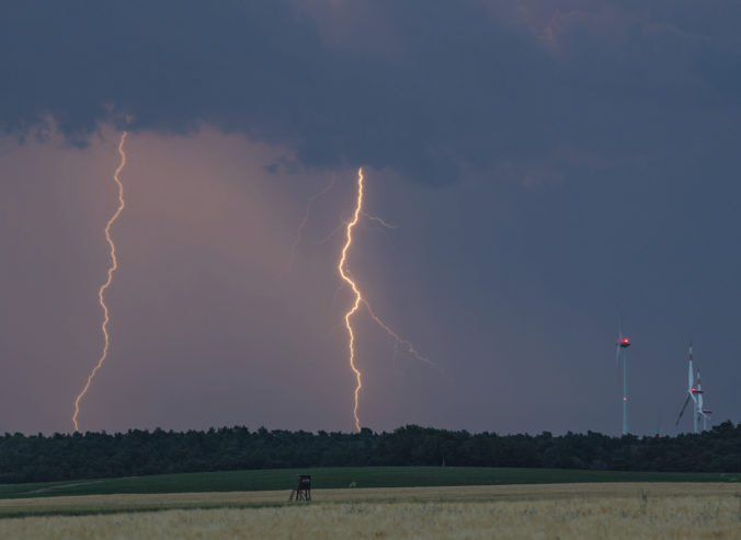 Vlnu horúčav na Slovensku ukončia búrky, platia výstrahy pre celú krajinu