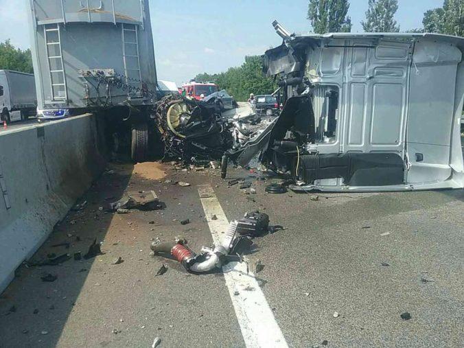 Foto: Diaľnicu D1 museli uzavrieť pre vážnu dopravnú nehodu, kamión sa zrazil s dvomi autami a dodávkou