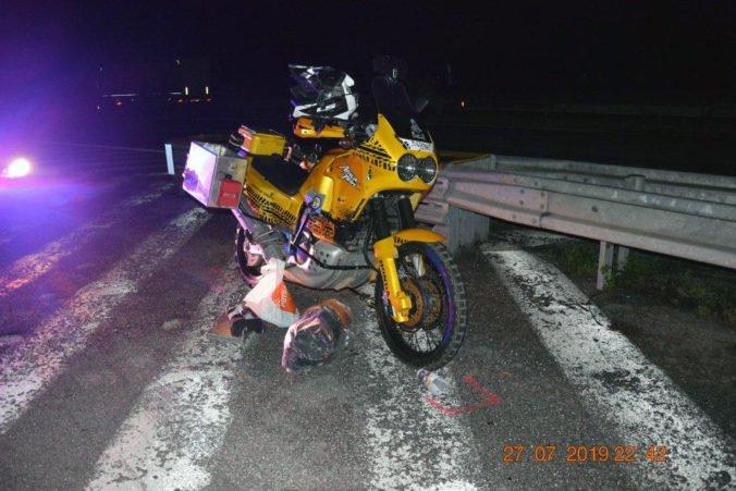 Foto: Opitý motocyklista si nevšimol Ford a došlo k bočnej zrážke, polícia začala trestné stíhanie