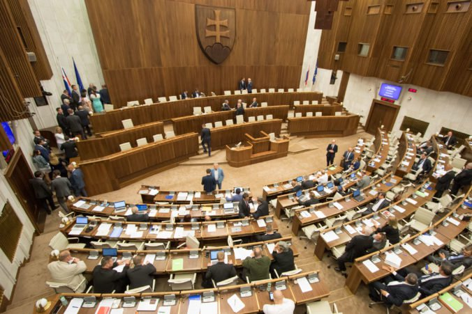 Poslanci v pléne rokovali od začiatku roka 38 dní, pôvodne ich malo byť viac